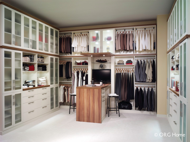 Luxury Walk In Closet Floor Mounted With Back Panels