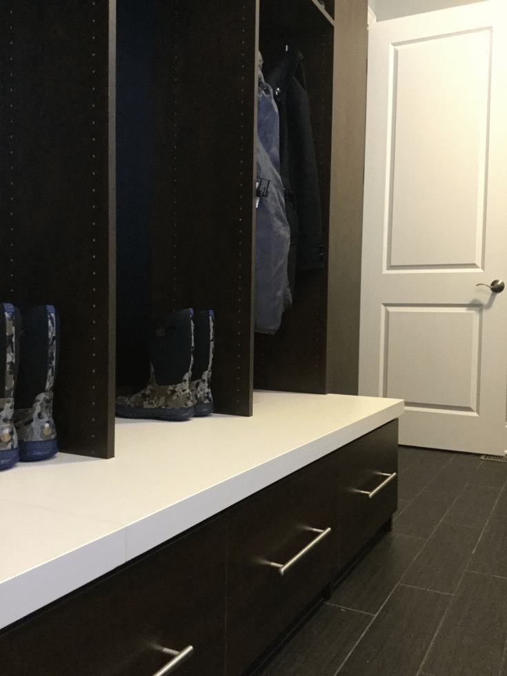 Bench seating and storage for mudroom | Innovate Home Org | #BenchSeating #MudroomSeating #EntrywaySeating