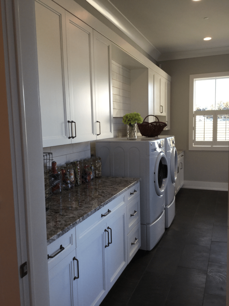 Laundry room combined with mudroom storage in Arthur Rutenberg home | Innovate Home Org | #LaundryRoom #StorageOptions #MudroomCombination