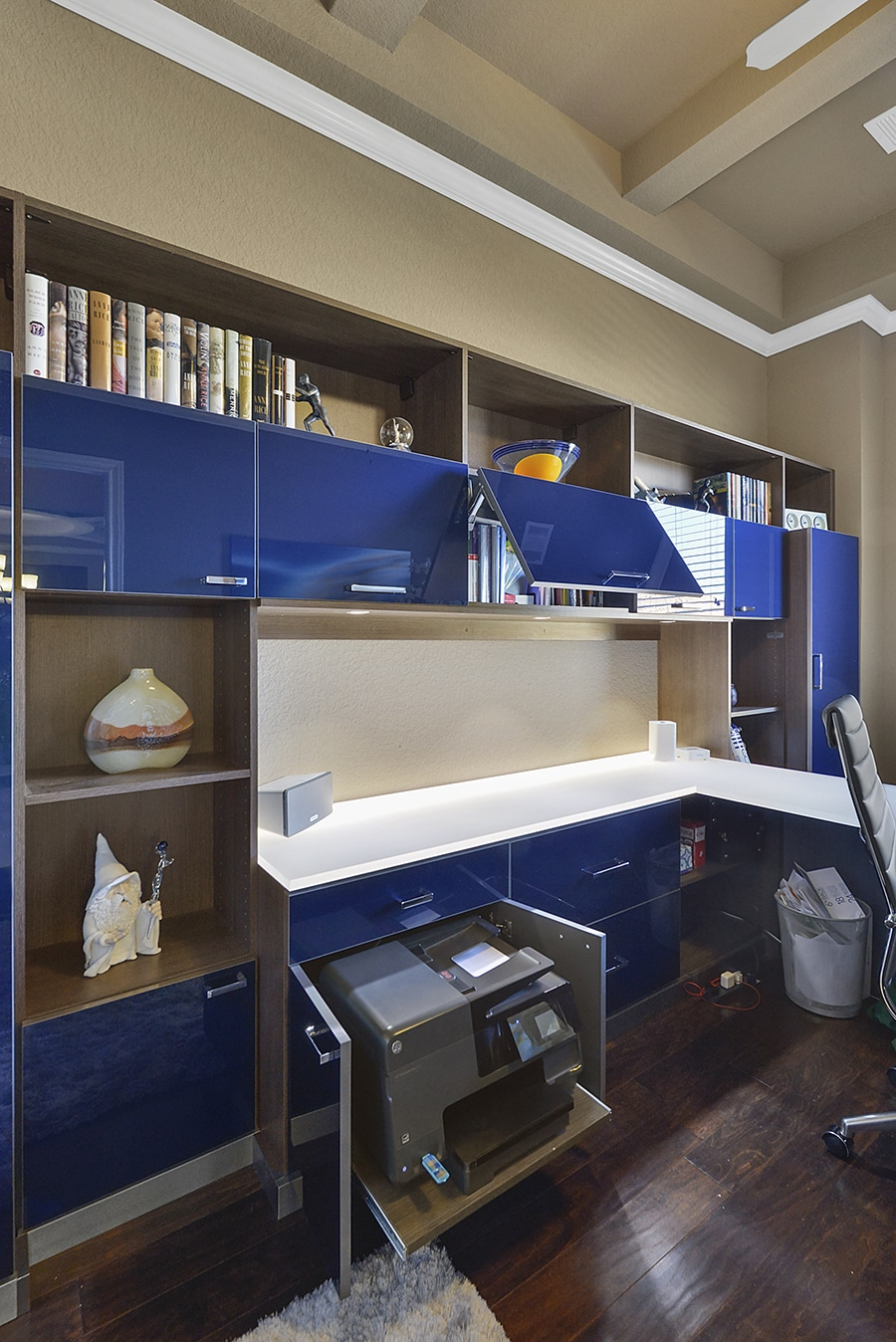 Slide out drawer in home office credit CM Closet Design built by California Closets | Innovate Home org | #HomeOffice #StorageSpace #DesignerOffice