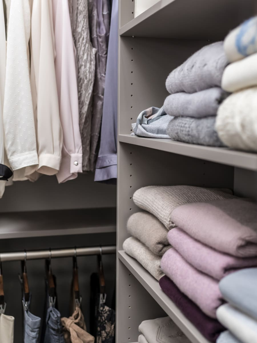 Solve custom corner problems hanging one side shelving other | Innovate Home Org | Columbus, OH | #CustomClosets #CornerCloset #HangingSolutions
