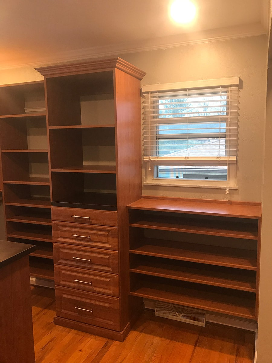 mixed floor based and wall hung walk in closet system columbus ohio | Innovate Home Org | #WallHungSystem #FloorbasedSystem #WalkInCloset #Organization