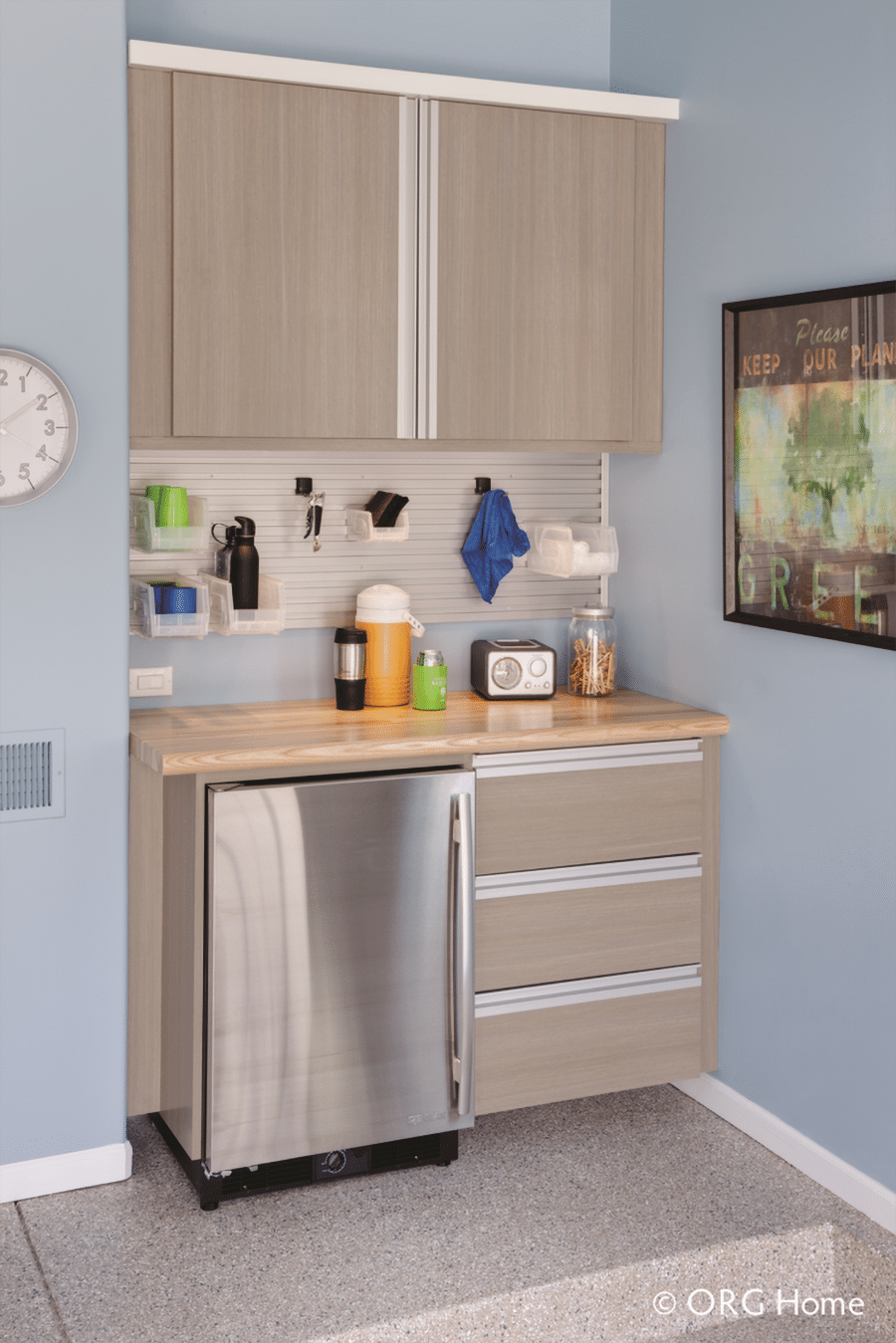 Design flaw 4 work bench in columbus garage with an outlet | Innovate Home Org | #WorkBench #GarageSotrage #ColumbusGarage