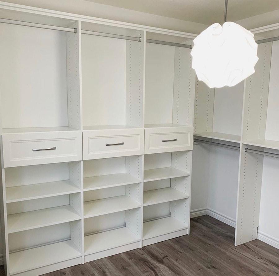 Step 5 - closet corner problems Credit Closet Envy and Melissa Jane Veinotte pic 3 | Innovate Home Org | #CustomStorage #organizationsystem #walkincloset