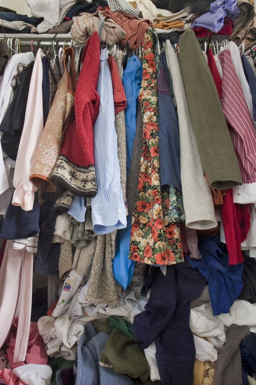 ugly closet due to too much hanging clothes bunched together | Innovate Home Org | #MessyCloset #ClosetOrganize #Declutter #Closetsystem