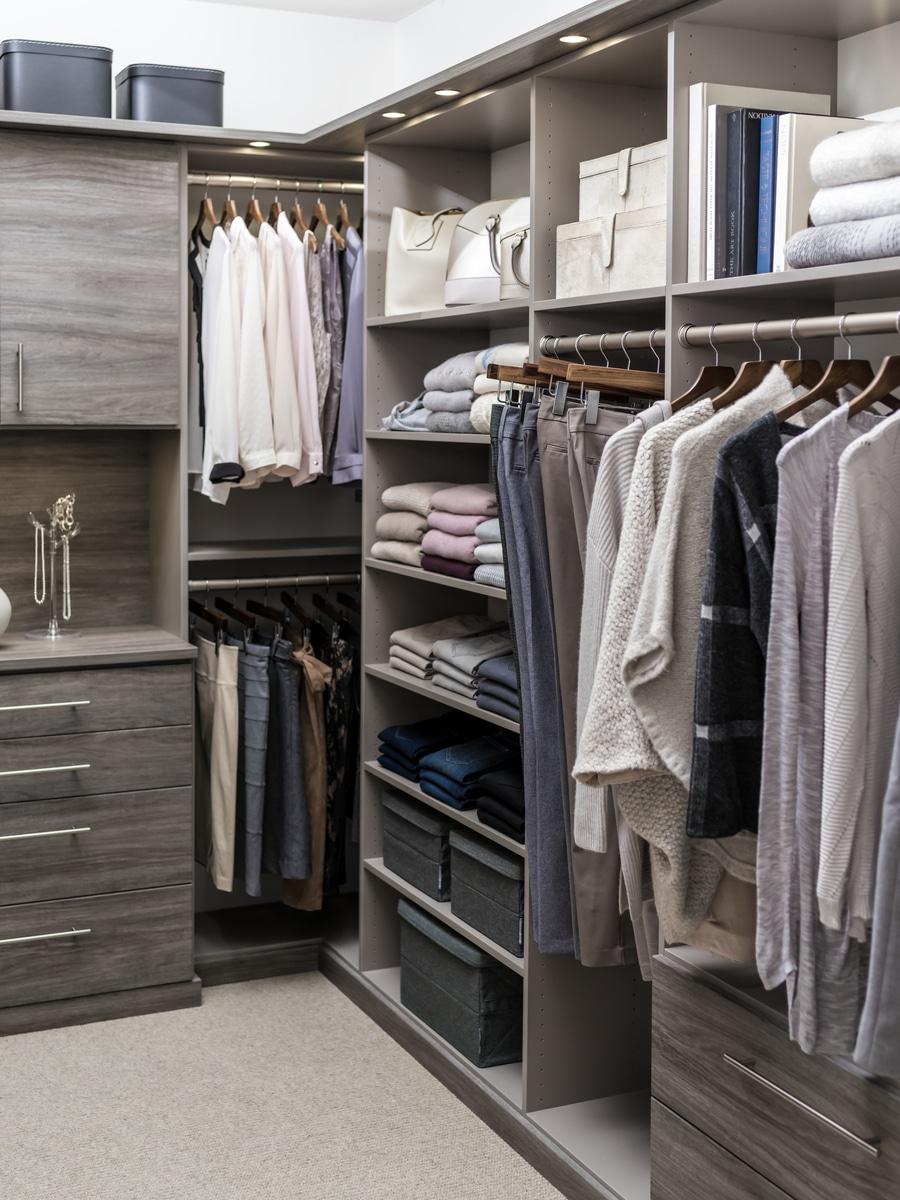 Trick 1 floor based bedrock walk in closet | Innovate Home Org | Cleveland, OH #CustomDesign #CornerShelving #FloorBasedShelving