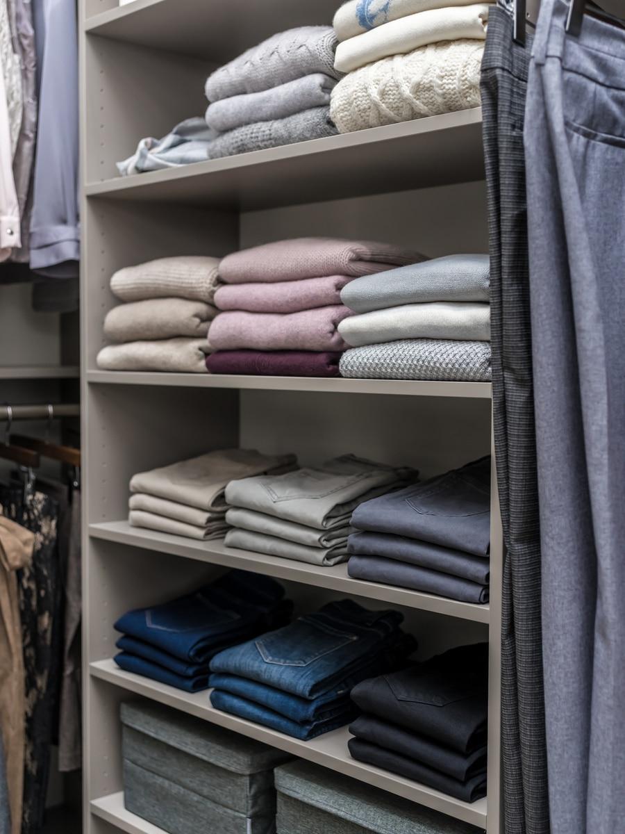 Idea 4 right closet widths to reduce walk in closet costs | Innovate Home Org #Closetstorage #OrganizationSystem #Shelving #StorageTips
